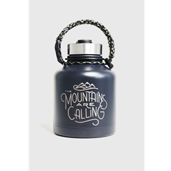"United By Blue Mountains Are Calling 32Oz Stainless Steel Growler är en termosflaska i rostfritt stål med texten ""the mountains are calling"""